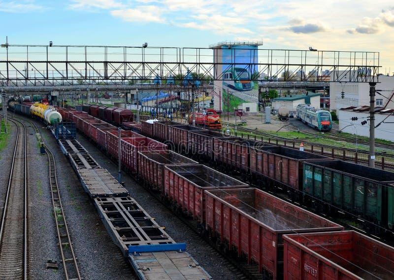 Trem da carga em classificar a esta??o de trem do frete, transporte de frete do trilho fotos de stock