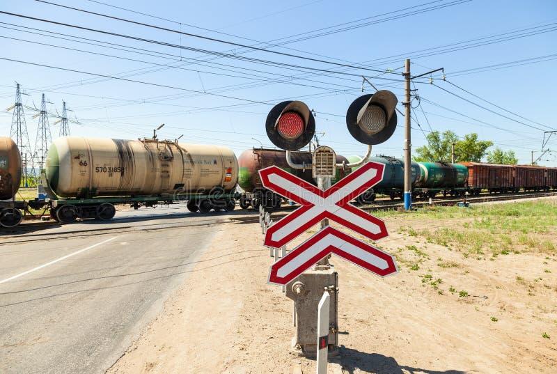 Trem da carga que monta sobre um cruzamento railway imagens de stock royalty free