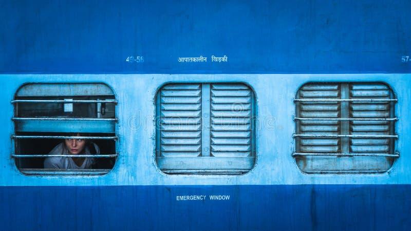 Trem da classe do dorminhoco na opinião de india da parte externa fotografia de stock