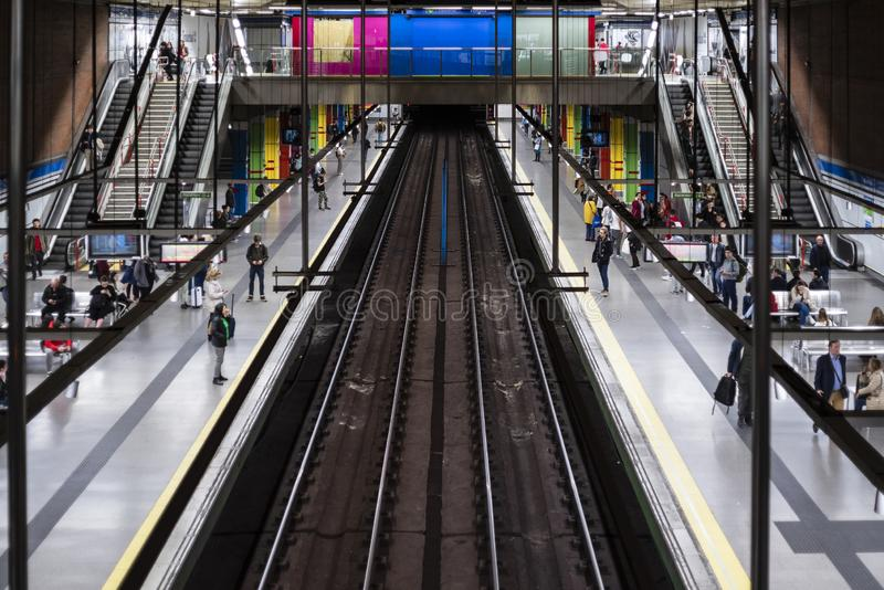 Trem da esta??o de metro do Madri com cores foto de stock royalty free