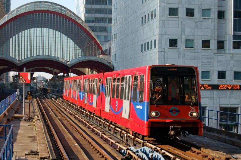Trem da estrada de ferro clara que aproxima a estação em Canary Wharf, Lon imagens de stock