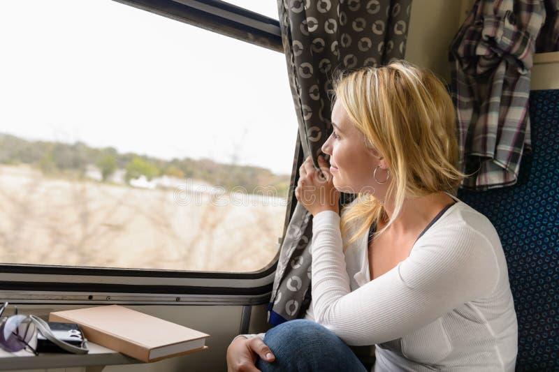 Trem da mulher que viaja olhando para fora o indicador fotos de stock