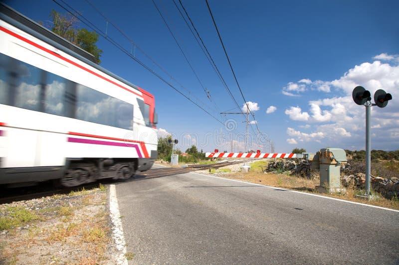 Download Trem da passagem de nível imagem de stock. Imagem de estação - 12804607