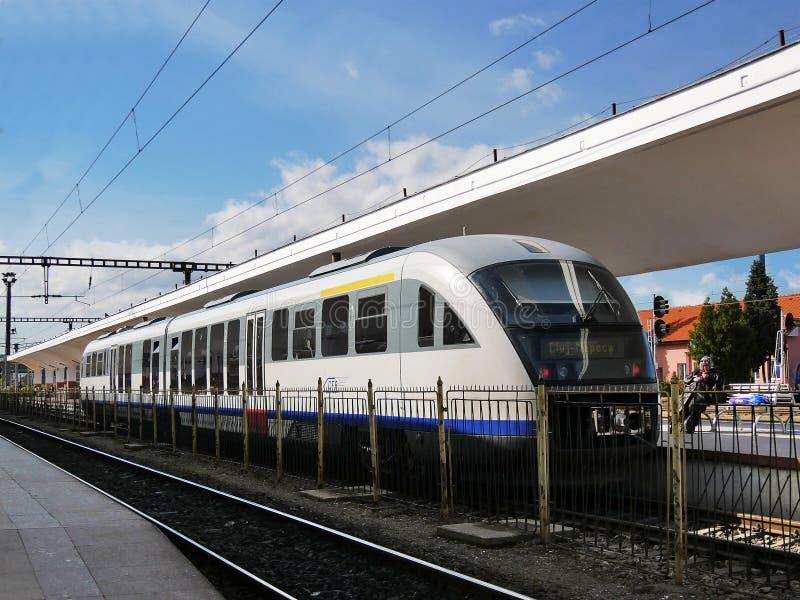 Trem da periferia da Azul-seta de Siemens Desiro na estação imagens de stock