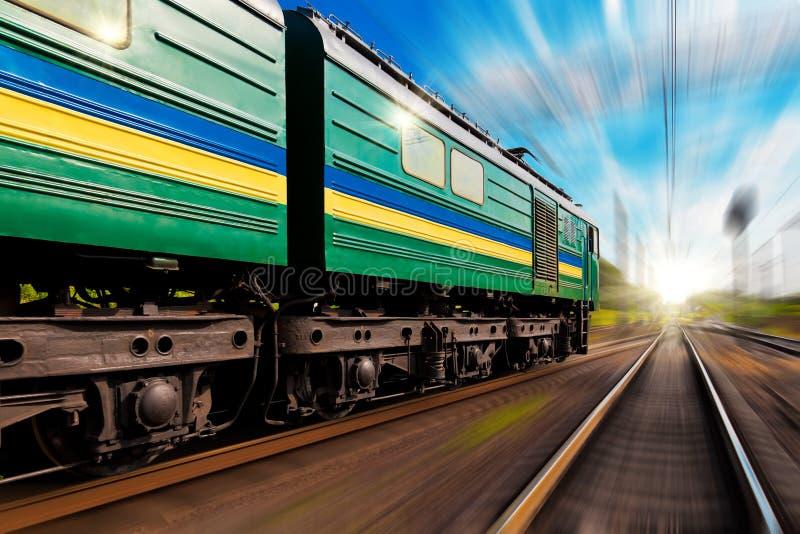 Trem de alta velocidade com efeito do borrão de movimento foto de stock