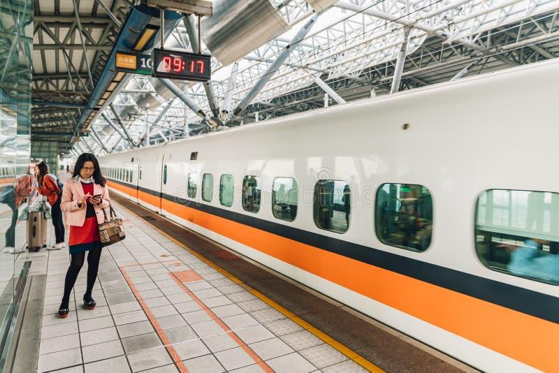 Trem de alta velocidade de espera de Taiwan da mulher do passageiro na plataforma em Taiwan, Taipei foto de stock