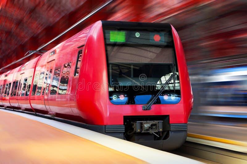 Trem de alta velocidade moderno com borrão de movimento imagens de stock royalty free