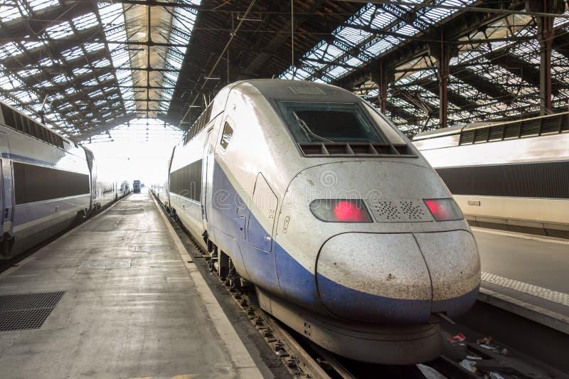 Trem de alta velocidade na estação de comboio fotos de stock royalty free