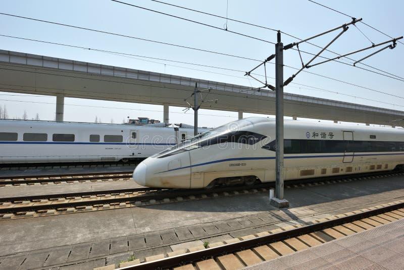 Trem de alta velocidade na estação de trem de Tongxiang foto de stock