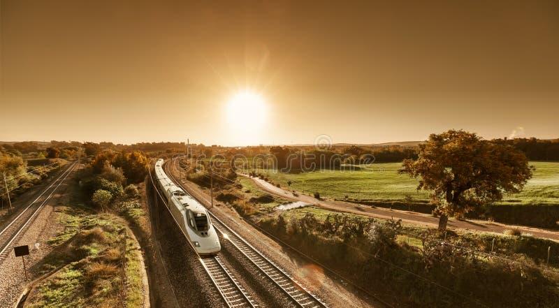 Trem de alta velocidade que aproxima-se do nascer do sol imagens de stock royalty free