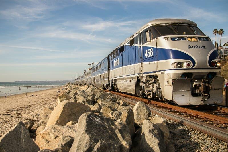 Trem de Amtrak que dirige à estação da praia de San Clemente fotografia de stock