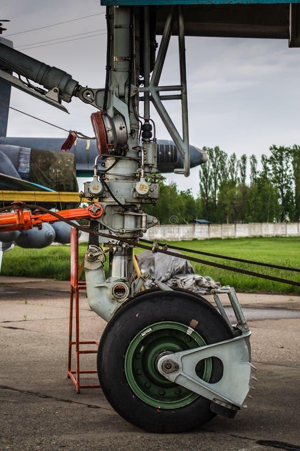 Trem de aterrissagem dos planos militares Su-34 do bombardeiro de lutador fotos de stock