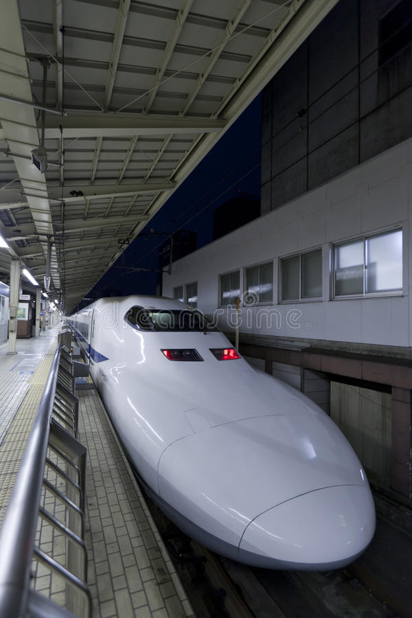 Trem de bala de Shinkansen na estação de trem do Tóquio foto de stock royalty free