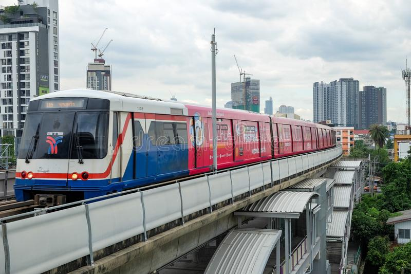 Trem de céu do BTS em Banguecoque, Tailândia fotografia de stock royalty free