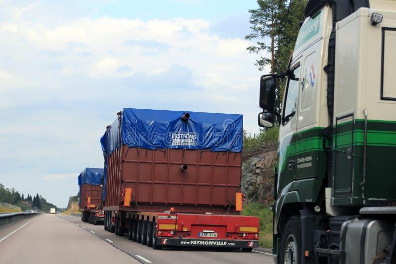 Trem de cargas de tamanho grande vistas de alcançar o veículo fotografia de stock royalty free