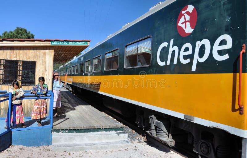 Trem de Chepe (indianos do tarahumara) fotografia de stock