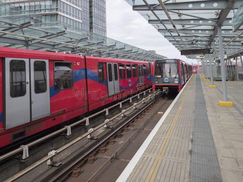 Trem de DLR na estação ocidental do cais DLR da Índia fotografia de stock royalty free
