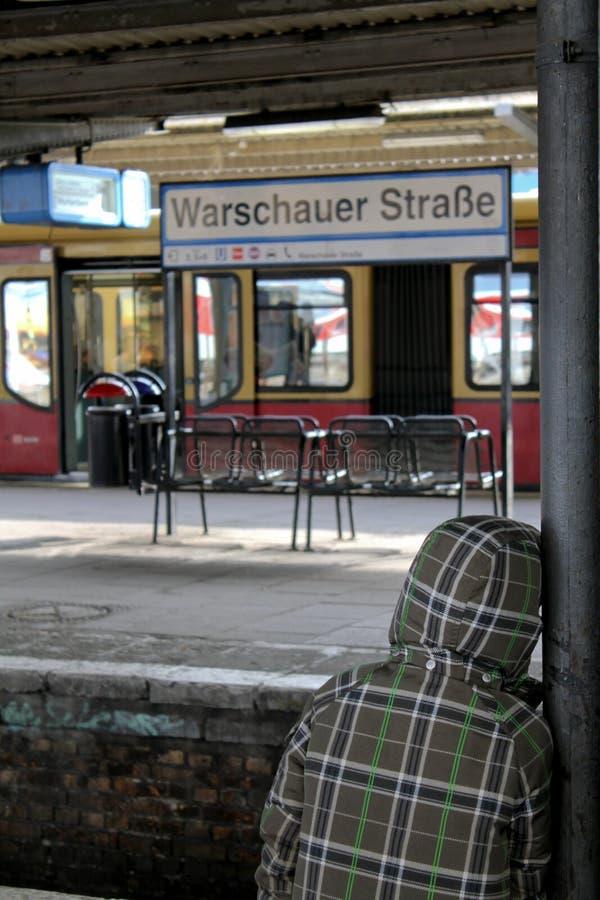 Trem de espera da criança na estação do strasse do warschauer fotos de stock