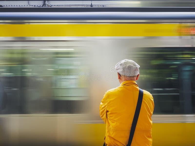 Trem de espera do homem no estilo de vida da cidade de Japão do Tóquio da plataforma fotos de stock royalty free