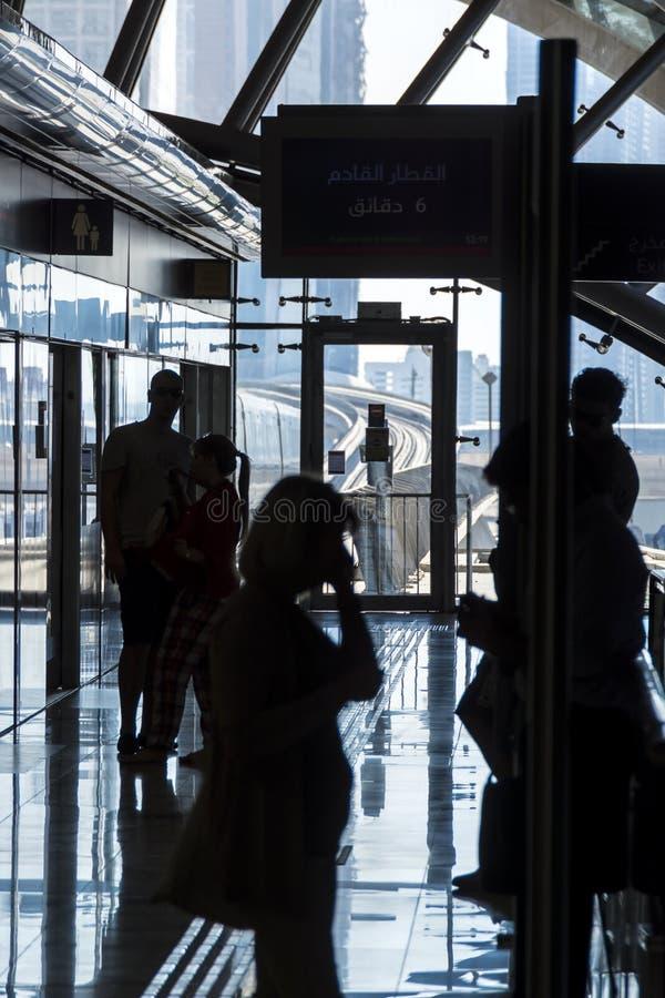 Trem de espera dos povos, Dubai foto de stock