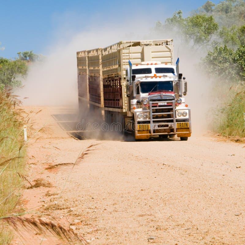 Trem de estrada na estrada do rio de Gibb, Austrália Ocidental imagens de stock