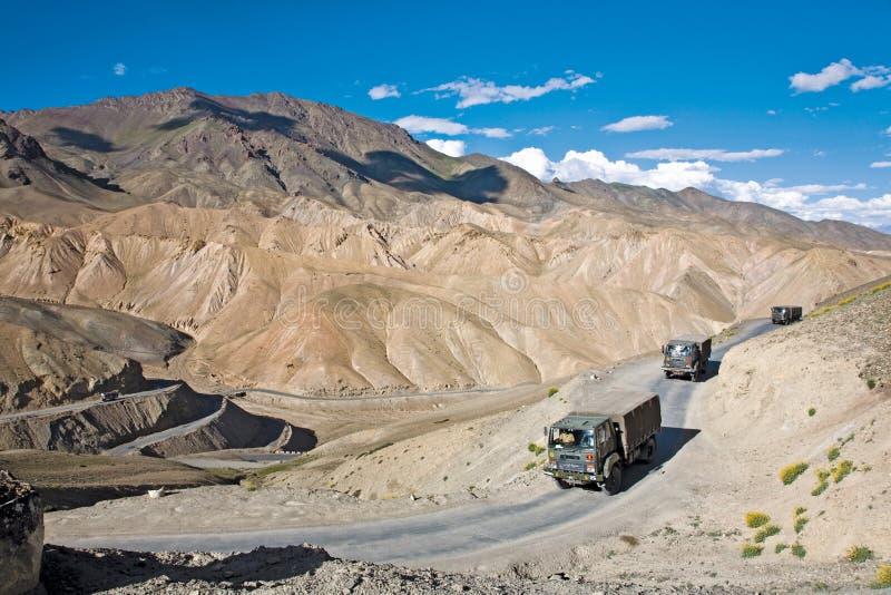 Trem de exército indiano na estrada de Leh-Srinagar da maneira, Ladakh-Índia fotos de stock