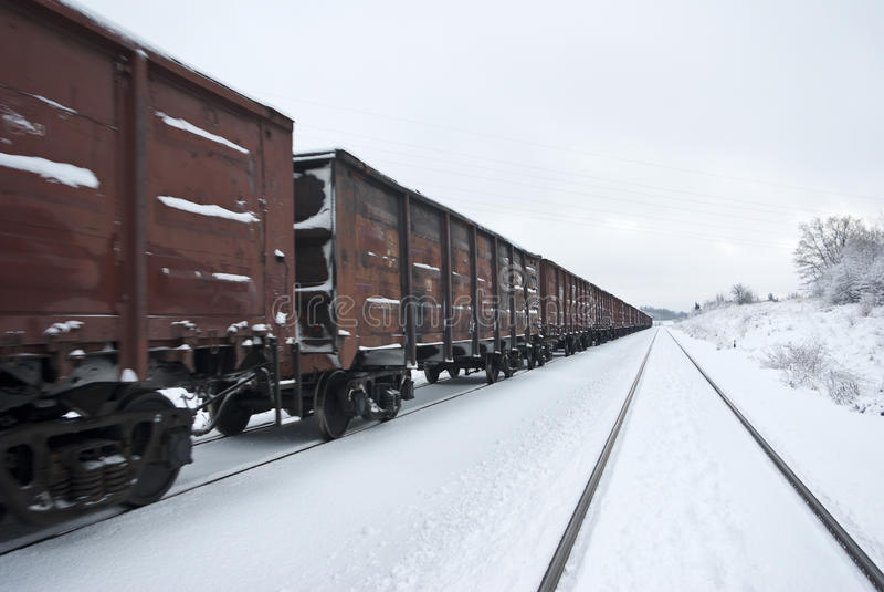 Trem de frete com carvão (ou cascalho). imagens de stock royalty free