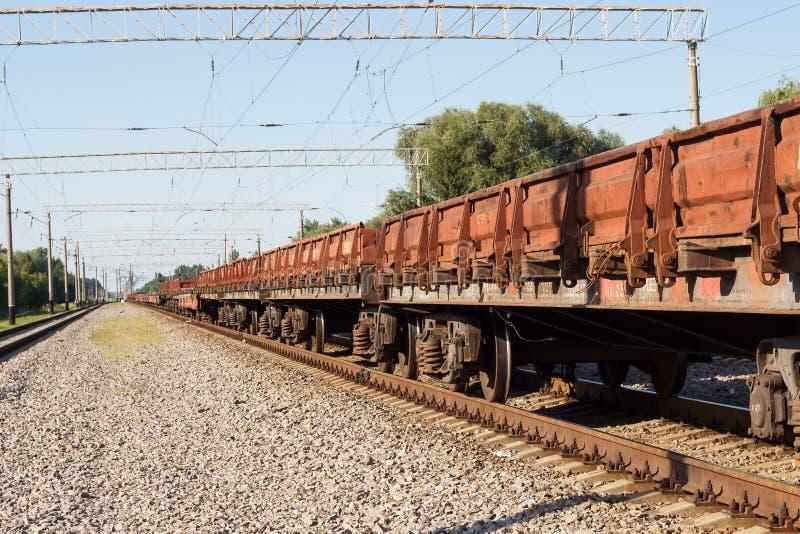 Trem de frete nos trilhos Estação de trem do verão fotografia de stock royalty free
