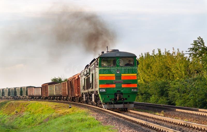Trem de frete rebocado pela locomotiva de diesel foto de stock