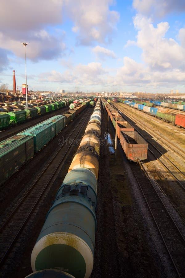 Trem de mercadorias com carga da cor imagem de stock royalty free