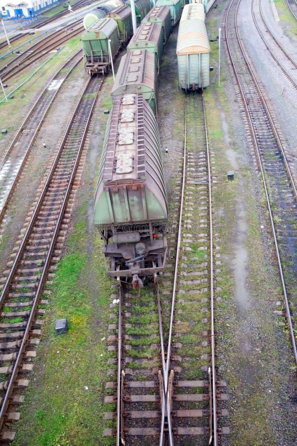 Trem de mercadorias com os recipientes de carga da cor fotografia de stock
