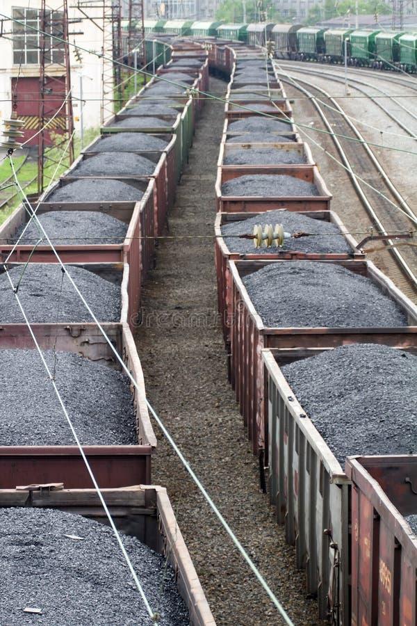 Trem de mercadorias com os recipientes de carga da cor foto de stock