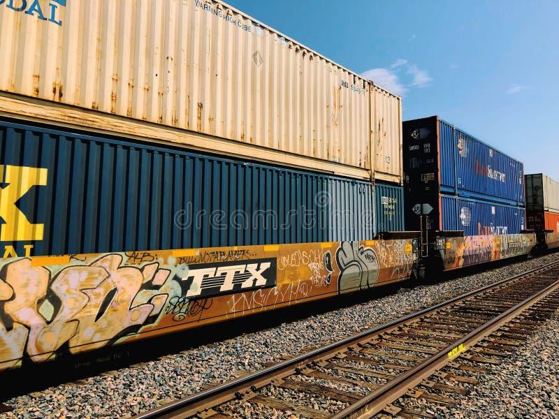 Trem de mercadorias com recipientes e grafittis de carga foto de stock royalty free