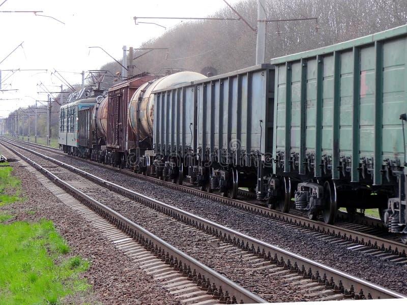 Trem de mercadorias com vagões e tanques fotos de stock royalty free