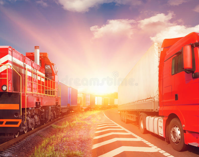 Trem de mercadorias e caminhão - transporte foto de stock