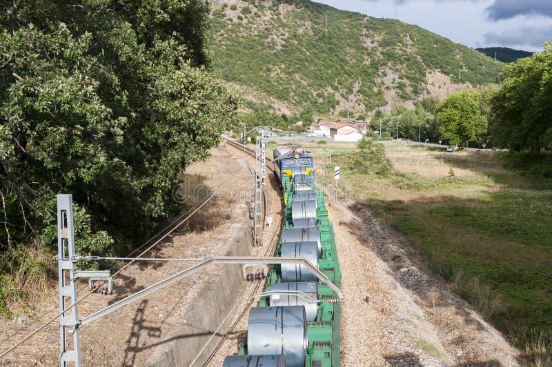 Trem de mercadorias em uma trilha railway do calibre ibérico fotos de stock