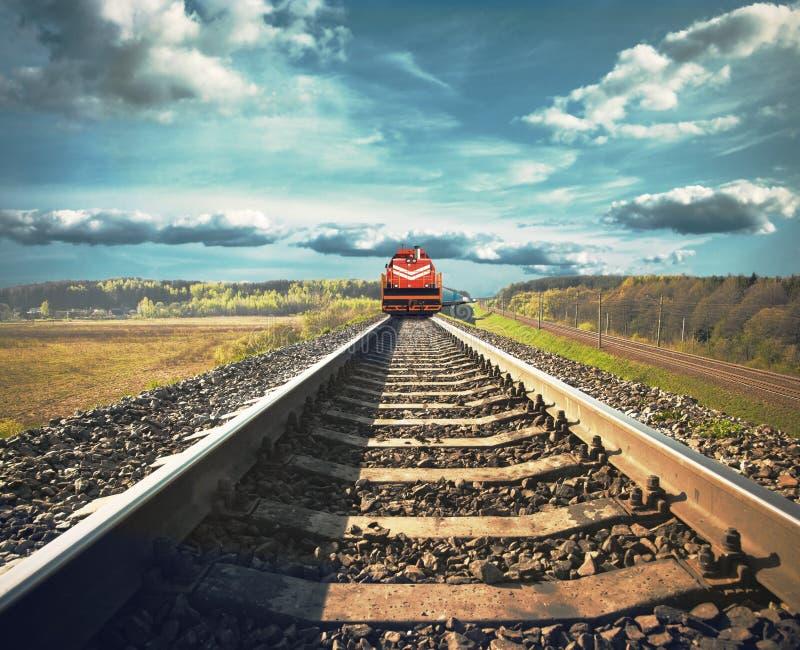 Trem de mercadorias na estrada de ferro foto de stock