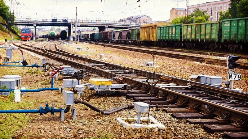 Trem de mercadorias na trilha railway fotos de stock