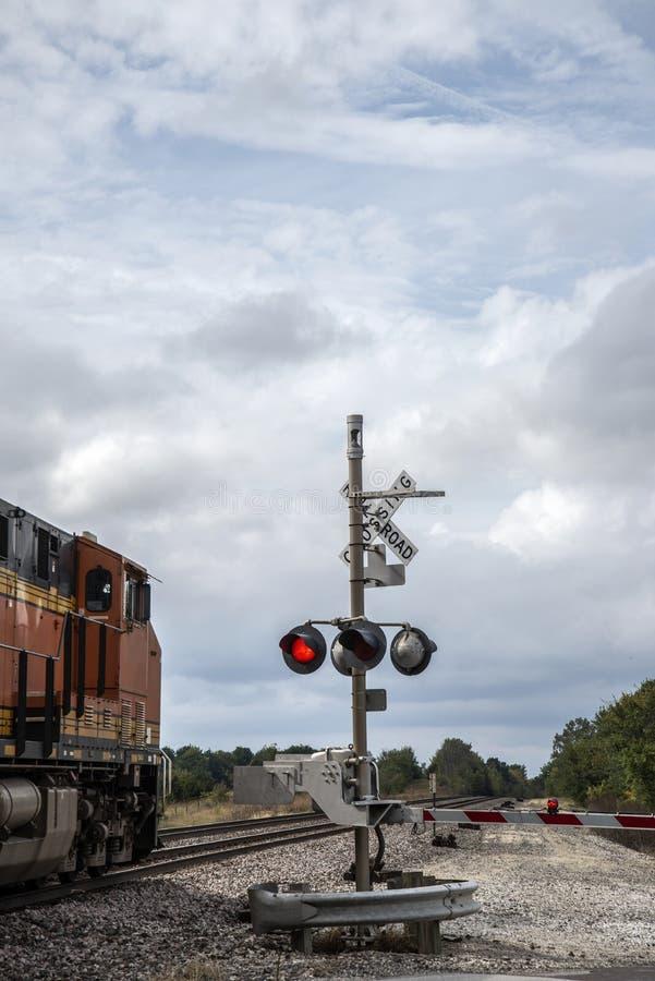 Trem de mercadorias no cruzamento fotografia de stock royalty free