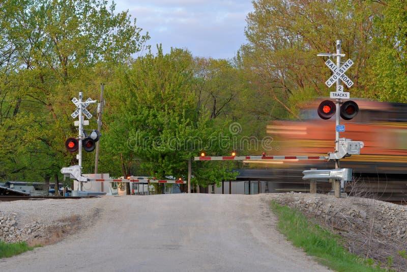 Trem de mercadorias no movimento na porta de cruzamento imagens de stock
