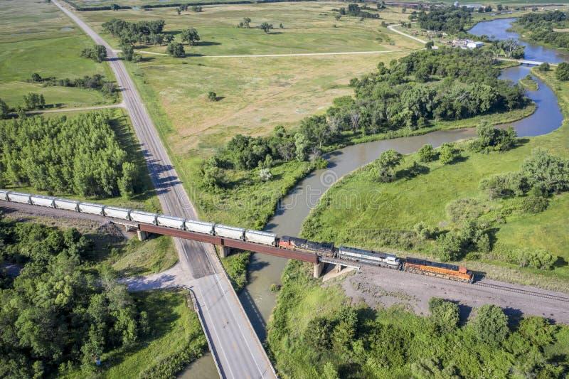 Trem de mercadorias que cruza um rio foto de stock royalty free