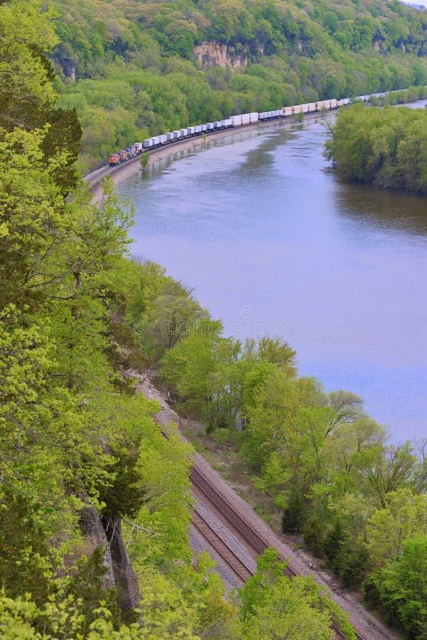 Trem de mercadorias que dirige acima ao longo do rio Mississípi fotos de stock royalty free