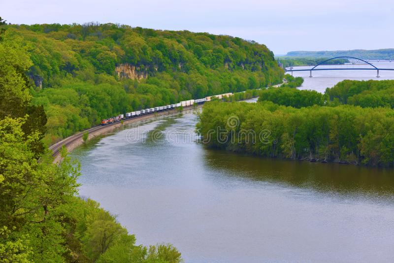 Trem de mercadorias que dirige acima ao longo do rio Mississípi imagem de stock royalty free