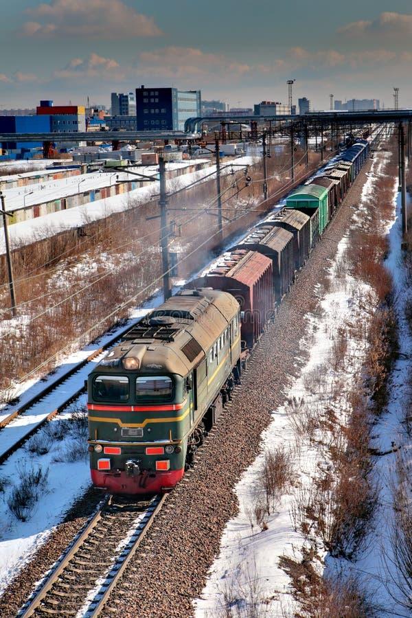 Trem de mercadorias que move-se pelo trilho, Rússia, inverno. imagem de stock