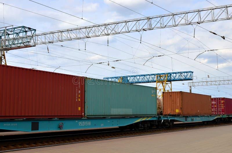Trem de mercadorias, transporte de carros de estrada de ferro pelo envio dos recipientes de carga fotos de stock