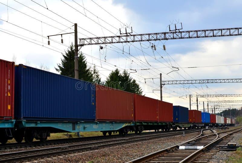 Trem de mercadorias, transporte de carros de estrada de ferro pelo envio dos recipientes de carga foto de stock
