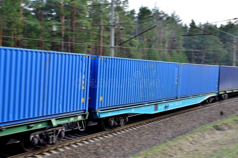 Trem de mercadorias, transporte de carros de estrada de ferro pelo envio dos recipientes de carga fotos de stock royalty free
