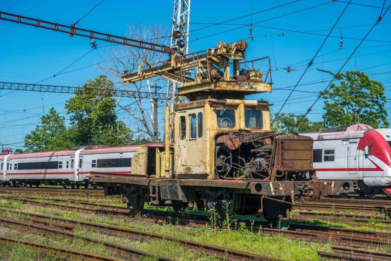 Trem de passageiros através de uma estação de trem em Poti, Geórgia foto de stock royalty free