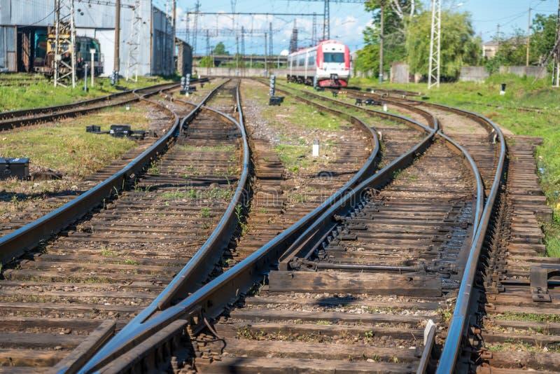 Trem de passageiros através de uma estação de trem em Poti, Geórgia imagens de stock royalty free