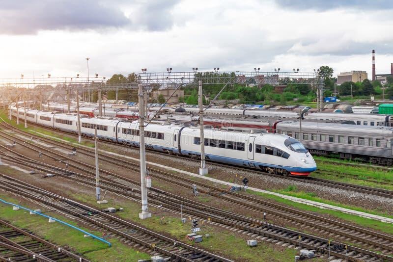 Trem de passageiros do curso da estrada de ferro, industrial um distrito da cidade foto de stock